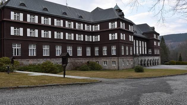 Lázeňští hosté absolvují své procedury, ale další místo nich už lázně nepřijmou.