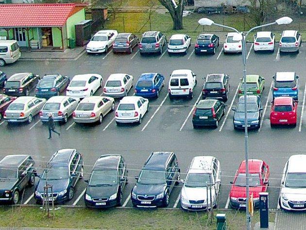 Parkoviště u krnovské nemocnice bývá zaplněné do posledního místa. Nepomohlo ani zvojnásobení kapacity v roce 2007, ani letošní zavedení parkovacích automatů.