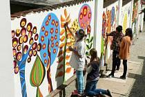 Žáci Základní školy Jesenická v Bruntále se spolu s dalšími dětmi a žáky bruntálských škol podíleli i na výtvarném vyzdobení zdi ve Farní uličce v Bruntále.
