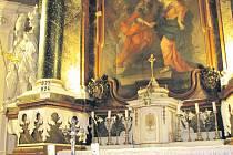 Kdo se rozhodne pro prohlídku barokní kaple V Lipkách, rozhodně neprohloupí. Za zhlédnutí stojí nejen barvami hýřící oltář.