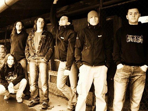 Kapela Discordant je v současnosti vlajkovou lodí krnovské metalové scény. Zleva: dřepící Martin Sasák, Michal Sasák, Kamil Hrtoň, Michal Vencko, Radan Kostovský, David Pastorek.