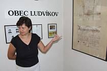 Starostka Ludvíkova Dana Selingerová ukazuje v muzeu na zakládací listinu obce z roku 1792.