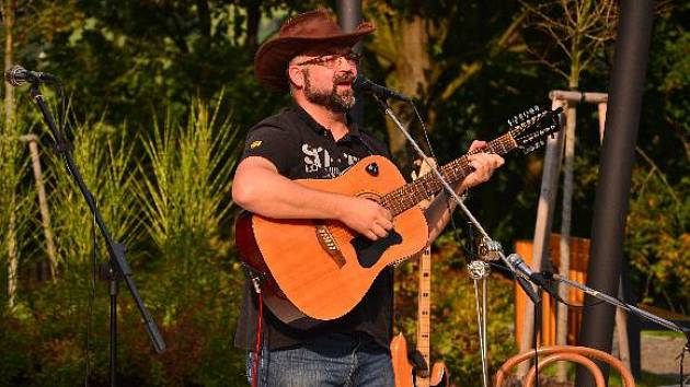 Martin Zábranský hraje především vlastní písně.