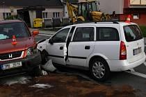 Nehoda dvou osobních automobilů na Zahradní ulici v Bruntále. Kolizi zavinil osmnáctiletý řidič, který přijel do protisměru.