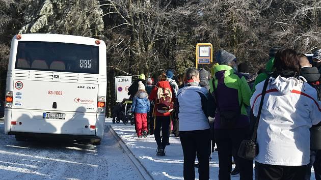 Cesta autobusem z Hvězdy na Ovčárnu v neděli 13. prosince.