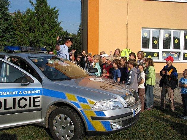 Brantická mateřská škola ve středu přivítala policisty z Krnova a Bruntálu k ukázce policejní práce, nových aut a vybavení. Dětem se akce moc líbila.