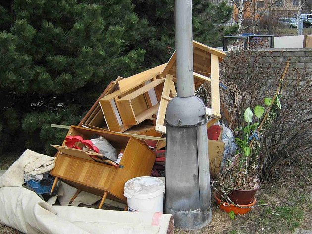 Při stěhování si s nepotřebnými věcmi hlavu nedělal muž z ulice Na Kopečku. Naplněné pytle naházel ke kontejnerům na komunální odpad.