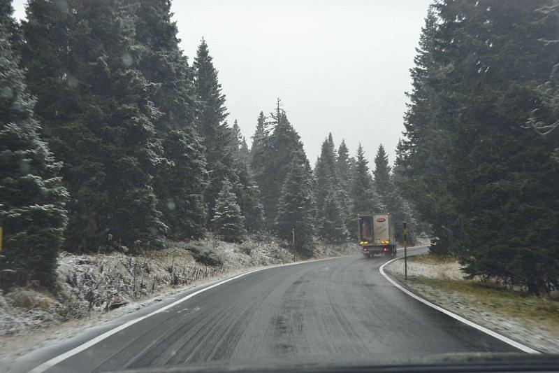 Zimní sportovci už by pomaličku měli vytáhnout ze skříní, sklepů nebo garáží lyže, snowboardy a běžky. Paní zima poprvé poctila svou návštěvou nejvyšší horu Jeseníků ve středu 22. října.