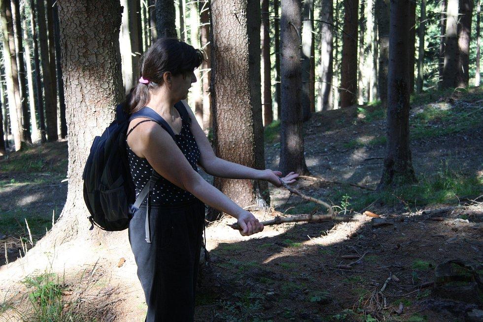 PROUTKAŘENÍ předvedla Viera Večeřová se suchou větví, protože zelený vrbový proutek nebyl po ruce.
