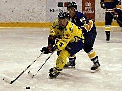 Krnovský kapitán Pavel Michálek se už na nadcházející sezónu těší a doufá, že jeho tým dokráčí v play-off dál než v uplynulém ročníku krajské hokejové ligy. Na snímku bojuje Michálek (vlevo) v utkání s Kopřivnicí.