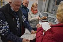 Farníci v kostele v Holčovicích obdivují dokumenty z roku 1944, které bez povšimnutí odpočívaly 77 let ve skříni.
