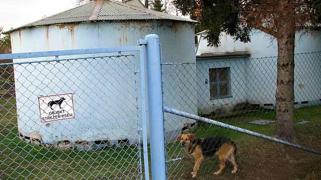 """""""Objekt střežený psem"""" varovala tabulka na bráně do nemocniční čističky. Nyní vyšlo najevo, že hlídací pes vlastně nikomu nepatří. Nemocnice došla k závěru, že vlčák Aninka nemá žádného oficiálního majitele."""