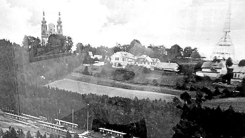 Tábor vlevo dole sloužil pro shromažďování Němců, čekajících na odsun. Na kostele jsou patrné stopy války. K čemu ale sloužila ta tajemná věž nebo konstrukce v v pravém rohu? V porovnání s okolní zástavbou musela být opravdu obrovská.