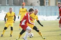 Fotbalistům Krnova se první jarní utkání proti Frýdlantu povedlo. Na snímku bojuje se soupeřem domácí Jiří Lalák (vpravo), jedna ze zimních posil. Vlevo Ondřej Bartoníček.
