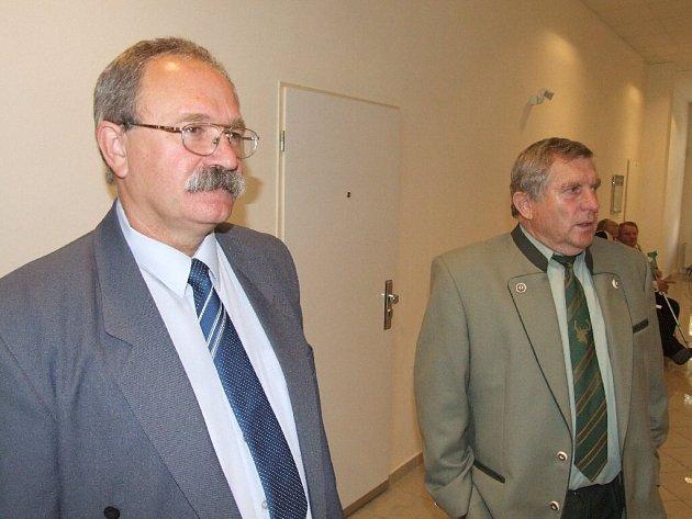 Obviněný policista (vlevo) býval majorem na hospodářské kriminálce, nyní stojí před soudem.