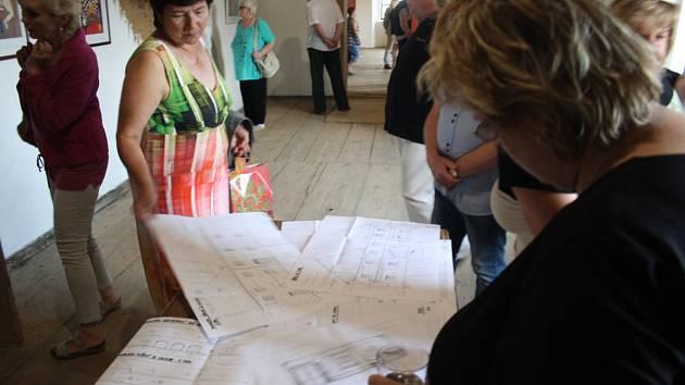 Návštěvníci Úvalna se mohli seznámit s projektem Rychtářovy stodoly na výkresech Dalibora Rebroše. Stavba rychle rostla, a v sobotu 6. dubna ve 14 hodin zde začíná kolaudační slavnost.