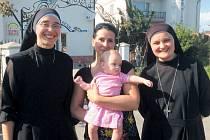Monika Dudová s pracovnicemi dětského domova. Předala jim oblečení, pleny, výživu i hračky.