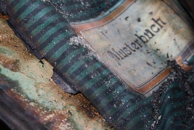 Ústřižek látky má historickou hodnotu jen ve spojení se záznamy jak a kdy byl vyroben. Pokud se vzorek tkaniny zdezénových knih odlepil a už ho není možné ho přiřadit zpět kvýrobní dokumentaci, záchrana ztrácí smysl.