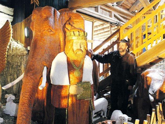 Jiří Halouzka mezi svými sochami. Řezbář je vyřezává vždy z jednoho kusu kmene.
