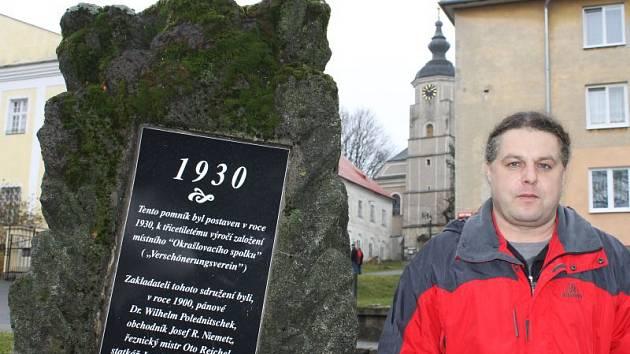 Martin Rechtorik, autor nápisu na bezejmenném pomníku, na jehož znovuobnovení má zásluhu jeho otec František. Památník stojí na místě někdejší radnice.