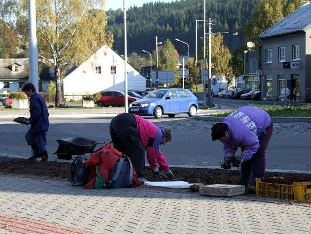 Práce kolem kruhového objezdu ve Vrbně pokračují.