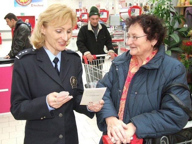 V bruntálském supermarketu Kaufland oslovovali v úterý policistka Ivana Křištofová a policista Petr Košický nakupující.