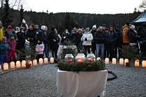 V Karlově Studánce rozsvícení vánočního stromu provázelo vystoupení dětí z místní školy a školky.