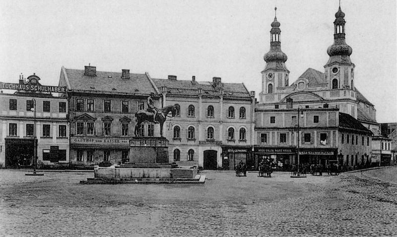 Císař František Josef I. byl dominantou krnovského náměstí deset let (1908–1918). Sochař Carl Wollek se snažil, aby císař na koni působil monumentálně. O kvalitní bronz se postarala slévárna Krupp, podstavec dodala firma Grunner.