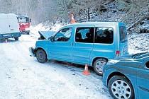 """Dvě nehody během pěti minut. Tak to vypadalo na zkratce z Heřmanovic do Horního Údolí, když řidiči nebrali vážně výstrahu """"Vozovka se v zimě neudržuje""""."""