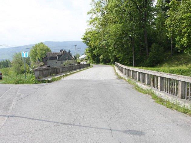 Zcela uzavřen je právě od 8. dubna pro motoristy most přes řeku Černá Opava vedoucí z Vrbna pod Pradědem do místní části Mnichov.