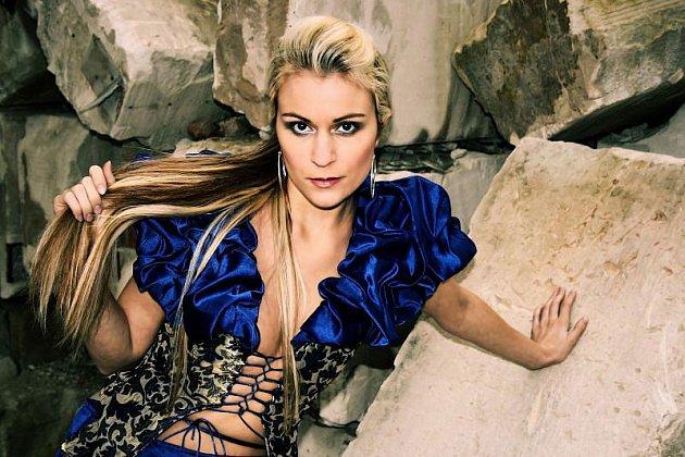 Olomoucká modelka Veronika Stupková zapózovala bruntálskému fotografovi Josefu Poláškovi na Uhlířském vrchu. Vznikla tak série snímků, z nichž ten vybraný pak posloužil jako základ pro grafiku Invekto.