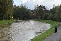 Řeka Opava tentokrát převedla zvýšené průtoky centrem Krnova bez problémů.