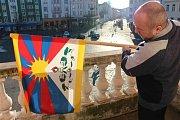 Tajemník městského úřadu Igor Kozelek vyvěsil vlajku Tibetu na balkoně krnovské radnice.