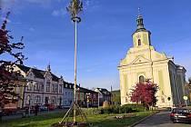 Ve Městě Albrechticích na téměř vylidněném náměstí májku pomáhal stavět autojeřáb. Dnes půjde k zemi.