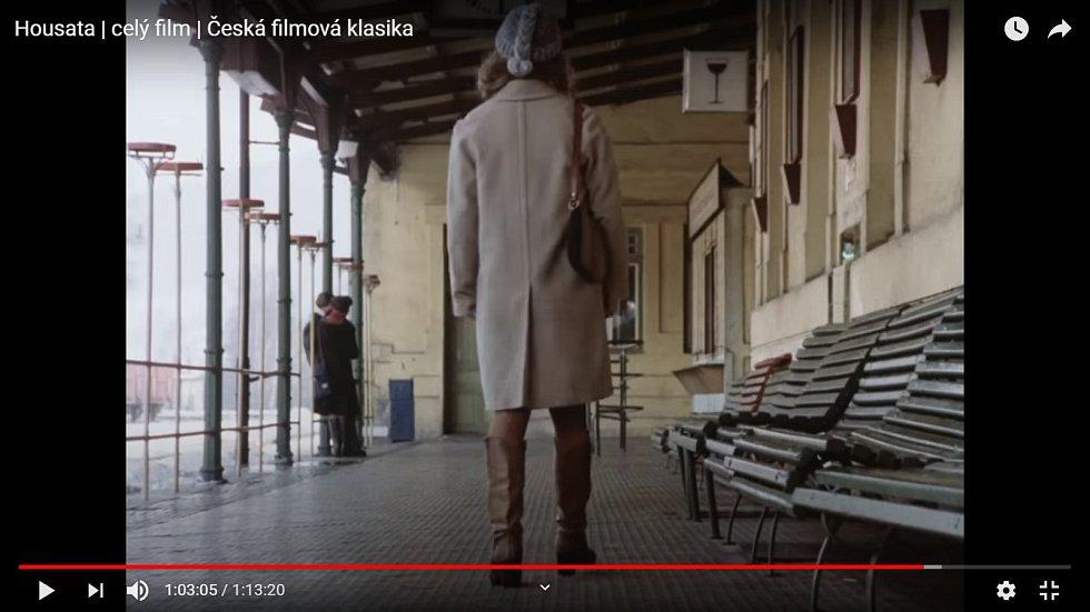 Nádraží, kde se natáčel film Housata, nabízí pátračům základní  indicie: sloupy, lampy, tyčové stojany na květiny, zábradlí, vchod do restaurace, okno, dveře a kolejiště do oblouku se svahy  v pozadí.