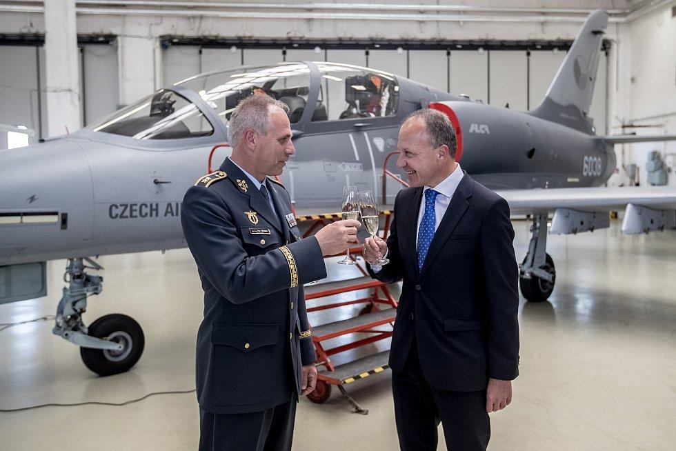 Slavnostní předání dvoumístného letounu L-159T2 Armádě ČR v Aero Vodochody. Na snímku prezident Aero Dieter John a velitel vzdušných sil AČR Petr Hromek.