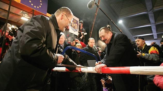 Starosta Českého Těšína Vít Slováček v roce 2007 piluje závoru s tehdejším starostou polského Těšína Bogdanem Fickem.
