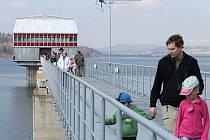 Slezskou Hartu, nejmladší přehradu v Česku si za slunečného počasí prohlédlo v sobotu u příležitosti Světového dne vody pár tisíc domácích návštěvníků i cizinců.