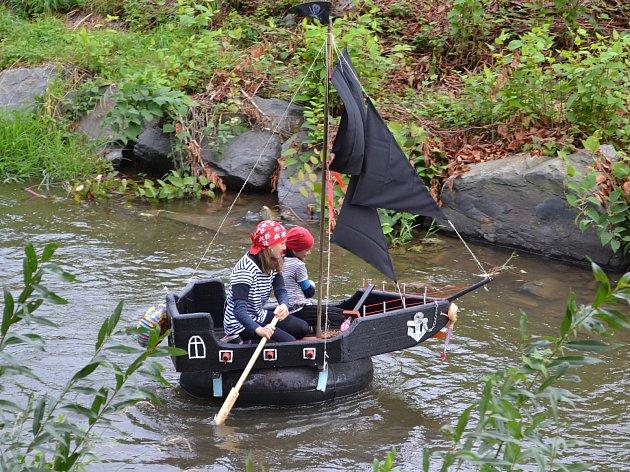 Nejoriginálnější kostýmy vymysleli piráti z týmu Černé perly. Ve volné kategorii zvítězili Hašiši Ježník a dětskou opanovaly místní Chomýžáci.