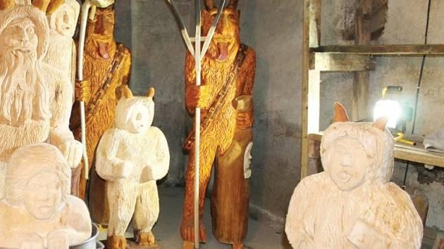 V Pradědově galerii U Halouzků v Jiříkově je nová výstavní expozice plná čertů. Řezbář Halouzka ji nazval S čerty nejsou žádné žerty.