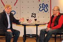 Řezbáře Františka Nedomlela (vpravo) zpovídal v Muzeu umění Olomouc herec a moderátor Vladimír Hrabal.