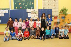 Prvňáčci z 1. A třídy Základní školy Krnov, Dvořákův okruh 2. Jejich třídní učitelkou je Renáta Kotasová.