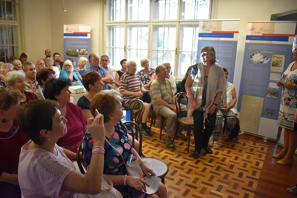 Řada českých rodin se po repatriaci z Volyně na Ukrajině usadila na Krnovsku a Osoblažsku. Snaží se pomocí historiků uchovat své vzpomínky a zkušenosti.