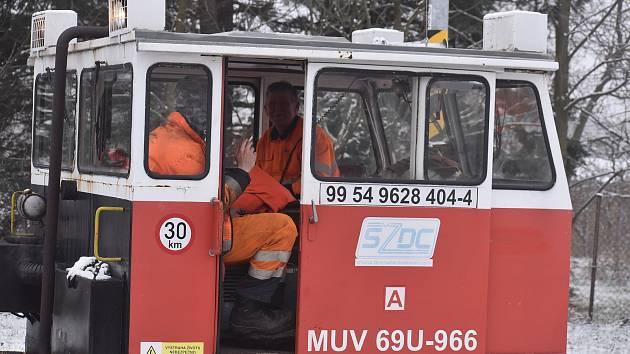 Je to nezapomenutelný pohled, když na Osoblažce drezínka MUVka se dvěma pracovníky vyrazí do akce.