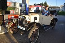 Auto poslance Michala Ratiborského na benzínce rozhodně nepřehlédnete. Je z roku 1917. O víkendu vyrazil se svým  Maxwellem na Ecce homo a pak se při návratu v Krnově zastavil dotakovat nádrž.