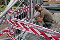 Řemeslníci z firmy Jiřího Žídka obratem doplnily osm schodů na albrechtickou rozhlednu. Dnes už je zase přístupná veřejnosti.