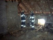 Poměrně obvyklá věc u starších domů, z dnešního pohledu už spíš zvláštnost, a to nosný trám zazděný v komíně, zalarmovala dvě jednotky hasičů z Krnova v pondělí 31. ledna ráno tentokrát v Čakové.