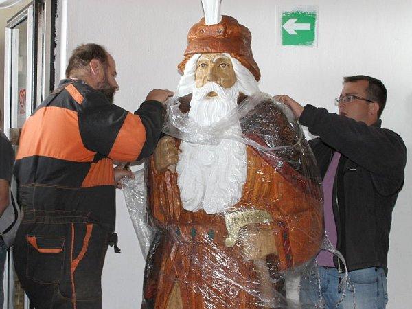 Řezbář Jiří Halouzka umístil do vestibulu věže na Pradědu svou sochu děda Praděda. Socha je zdubu, vysoká 214centimetrů, maximální obvod dělá 239centimetrů a váha je 0,6tuny.