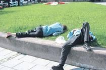 Krnovští bezdomovci si oblíbili okolí hypermarketu Albert, ale ten je už několik dní kvůli rekonstrukci uzavřený. Proto hledají zázemí jinde, například v parku u evangelického kostela nebo u polikliniky.
