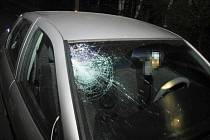 Čelní sklo Opelu prasklo při noční srážce s chodci. Naštěstí sražená dívka i pětatřicetiletý muž vyvázli jen s lehčím zraněním, které jim ošetřili lékaři krnovské nemocnice.